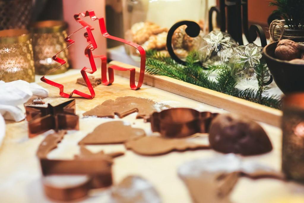 Weihnachtsbäckerei mit Keksen und Plätzchen